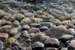 Pedras e água redondas Fotos de Stock Royalty Free