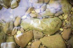 Pedras e superfície da água Foto de Stock