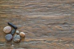 Pedras em um fundo de madeira velho com espaço da cópia Fotografia de Stock