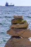 Pedras em um fundo do mar e do navio azuis Foto de Stock