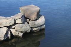 Pedras em uma agua potável do fundo Fotografia de Stock