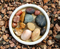 Pedras em uma bacia imagem de stock