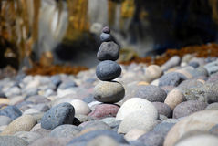 Pedras empilhadas da praia imagens de stock