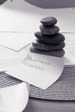 Pedras empilhadas do zen: metáfora do negócio para o balanço Fotografia de Stock