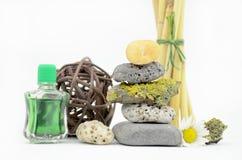 Pedras empilhadas dos termas com óleo do aroma Fotografia de Stock