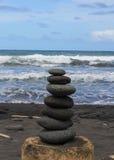 Pedras empilhadas Hawaiian na areia preta imagens de stock royalty free