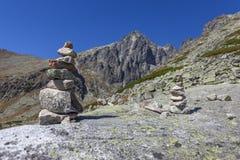 Pedras empilhadas na maneira à parte superior da montanha fotos de stock
