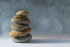 Pedras enevoadas do zen no branco Fotografia de Stock