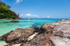 Pedras enormes na costa da ilha de Maiton Fotos de Stock