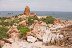 Pedras enormes na praia Vietname fotografia de stock royalty free