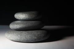 Pedras escuras de equilíbrio Fotos de Stock Royalty Free