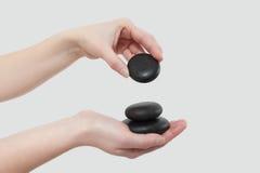 Pedras fêmeas dos termas da terra arrendada da mão Imagens de Stock Royalty Free