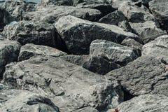 Pedras grandes na praia fundo ou textura fotografia de stock royalty free