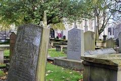 Pedras graves velhas em Kirk de São Nicolau em Aberdeen, Escócia fotos de stock