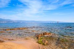 Pedras litorais vermelhas na praia pública de Ajácio fotografia de stock royalty free