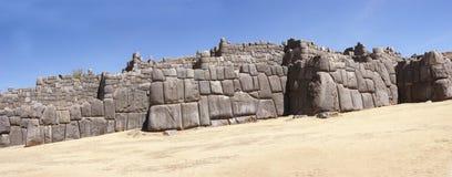 Pedras maciças em paredes da fortaleza do Inca Imagens de Stock Royalty Free