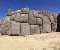 Pedras maciças em paredes da fortaleza do Inca Foto de Stock