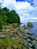 Pedras, mar, céu e floresta foto de stock