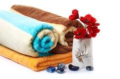 Pedras maravilhosas, vaso com flores e toalhas. Foto de Stock