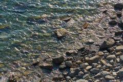 Pedras na água imagem de stock