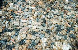 Pedras na água transparente claro para o fundo foto de stock
