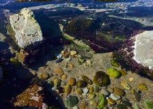 Pedras na extremidade da associação de água nas rochas da praia foto de stock