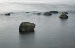 Pedras na foto longa da exposição da ressaca Imagens de Stock Royalty Free