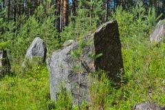 Pedras na linha do anti-tanque da segunda guerra mundial, região de Leninegrado, Rússia fotos de stock royalty free