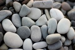 Pedras na praia, pedras cinzentas, muitas pedras Fotos de Stock Royalty Free