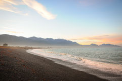 Pedras na praia no por do sol, Nova Zelândia Fotos de Stock