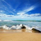Pedras nas ondas na costa do oceano Imagens de Stock Royalty Free