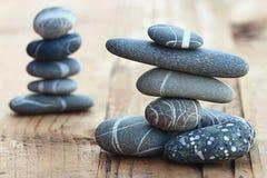 Pedras no conceito de madeira do equilíbrio do fundo Foto de Stock Royalty Free