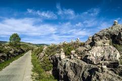 Pedras no equilíbrio pelo greenway Fotografia de Stock Royalty Free