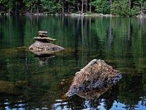 Pedras no lago preto em Sumava Fotografia de Stock Royalty Free