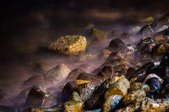 Pedras no litoral macio sonhador ondulado Fotografia de Stock Royalty Free