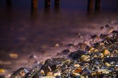 Pedras no litoral macio sonhador ondulado Imagem de Stock Royalty Free
