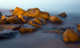 Pedras no mar Imagens de Stock