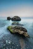 Pedras no mar em uma exposição longa Fotografia de Stock Royalty Free