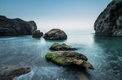 Pedras no mar em uma exposição longa Imagens de Stock Royalty Free