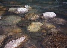 Pedras no rio da montanha fotografia de stock
