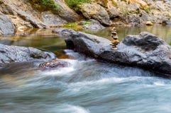 Pedras no rio da montanha na floresta Fotografia de Stock Royalty Free