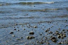 Pedras no rio ou no lago da água fotografia de stock royalty free