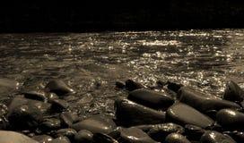 Pedras no rio preto e branco Foto de Stock Royalty Free