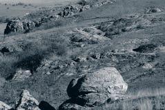 Pedras no terreno montanhoso Foto monocromática foto de stock royalty free