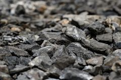 Pedras ou rochas cruas na terra no fim acima da vista, na pedra para a construção da construção e nas outras facilidades no mundo Fotografia de Stock Royalty Free