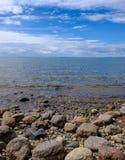 Pedras pela costa Fotografia de Stock