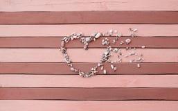 Pedras pequenas na forma de madeira do coração Imagem de Stock