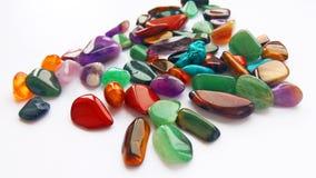 Pedras preciosas e gemas semi preciosas coloridas brilhantes múltiplas para a decoração imagens de stock
