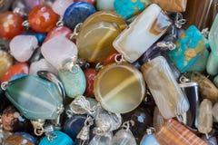 pedras preciosas minerais naturais como uma colar Foto de Stock