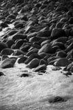 Pedras pretas na costa foto de stock